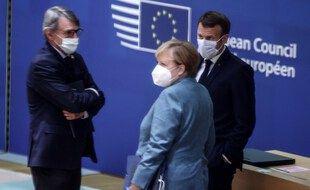 Le président du Parlement européen David Sassoli (à gauche) en discussion avec le président français Emmanuel Macron (à droite) et la chancelière allemande Angela Merkel (à droite) avant un sommet de l'Union européenne, le 15 octobre 2020