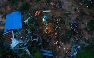 Une vue aérienne du glissement de terrain en Birmanie.