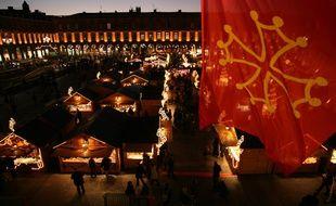 Le drapeau occitan flotte au-dessus de la place du Capitole de Toulouse.
