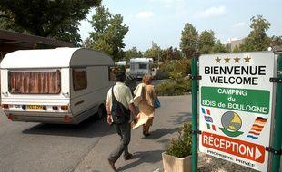 Photo prise le 23 juillet 2004 de l'entrée de l'unique camping du bois de Boulogne, près de Paris, qui héberge de nombreux touristes.