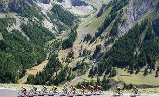 Le maillot jaune et ses coéquipiers dans le col de Bonnette lors de la seizième étape du Tour de France, le 22 juillet 2008.