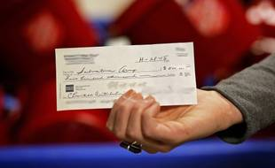 Un chèque de 500.000 dollars pour l'Armée du salut. Il s'agit du plus don le plus important reçu par l'association caritative aux Etats-Unis, le 30 novembre 2015.