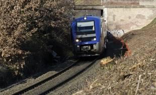Un TER sur une voie SNCF en région Midi-Pyrénées.