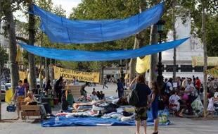 """Installés depuis jeudi sous des bâches place de la République à Paris, plusieurs dizaines de mal-logés et militants de l'association Droit au Logement (DAL) interpellaient dimanche le gouvernement, demandant """"un plan d'urgence""""."""