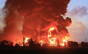 Un incendie massif dévore l'usine Balongan à Indramayu, le 29 mars 2021.