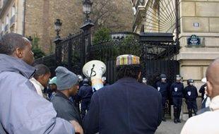 Plusieurs dizaines de personnes occupent la Nonciature apostolique (ambassade du Vatican) à Paris en soutien à la cinquantaine de sans-papiers en grève de la faim à Lille pour demander leur régularisation.