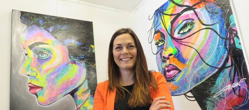 Emilie Grison expose actuellement ses toiles au restaurant Le coup de pinceau à Rennes.