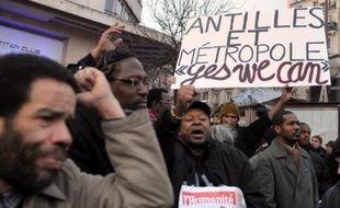 """Treize organisations de gauche, notamment NPA, Parti de gauche (PG), PCF, et LO ont manifesté lundi à Paris en """"soutien total"""" aux grévistes de Martinique et Guadeloupe, a constaté une journaliste de l'AFP."""