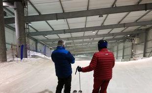 La partie haute du Snowhall d'Amnéville, seule piste de ski indoor de France, est un peu plus froide et la neige plus dure, mais la glisse est plus agréable dans la neige située en-dessous.
