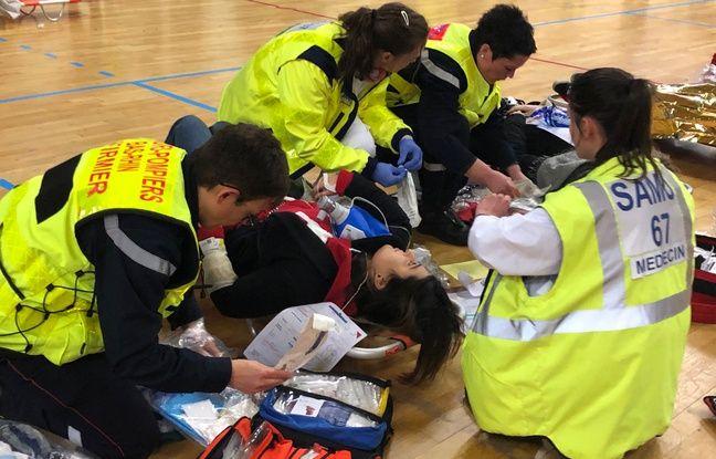 Au poste médical avancé, c'est l'ébullition. Les victimes sont soignées.