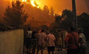 En France, le feu s'est propagé aux portes de Marseille, avant d'être éteint ce vendredi matin grâce à l'intervention des marins-pompiers.