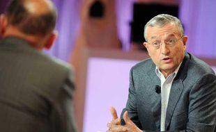 L'ancien ministre centriste François Léotard participe à l'émission de  télévision «Le Grand Journal», le 13 mars 2008 à Paris, où il est venu  présenter son livre «Ca va mal finir», un réquisitoire contre le  président de la République Nicolas Sarkozy.