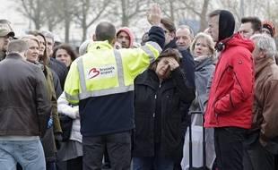 Zaventem, le 22 mars 2016. Plusieurs explosions ont eu lieu dans l'aéroport de Bruxelles tôt ce mardi matin. L'endroit a été bouclé et entièrement évacué. Les passagers quittent les terminaux des départs et arrivés et sont pris en charge par des bus ou repartent à pieds.