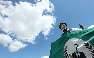 Une membre des Anonymous lors d'une manifestation contre l'Eglise de scientologie, place du Trocadéro à Paris.