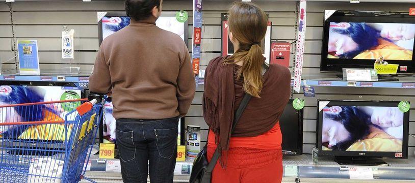 Au rayon téléviseurs d'un supermarché nantais, en mai 2010.