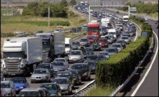 Après plusieurs semaines de controverses, la Commission européenne présente mercredi ses propositions pour contraindre l'industrie automobile à réduire plus fortement ses émissions de CO2, un test de la détermination de l'UE à lutter contre le changement climatique.