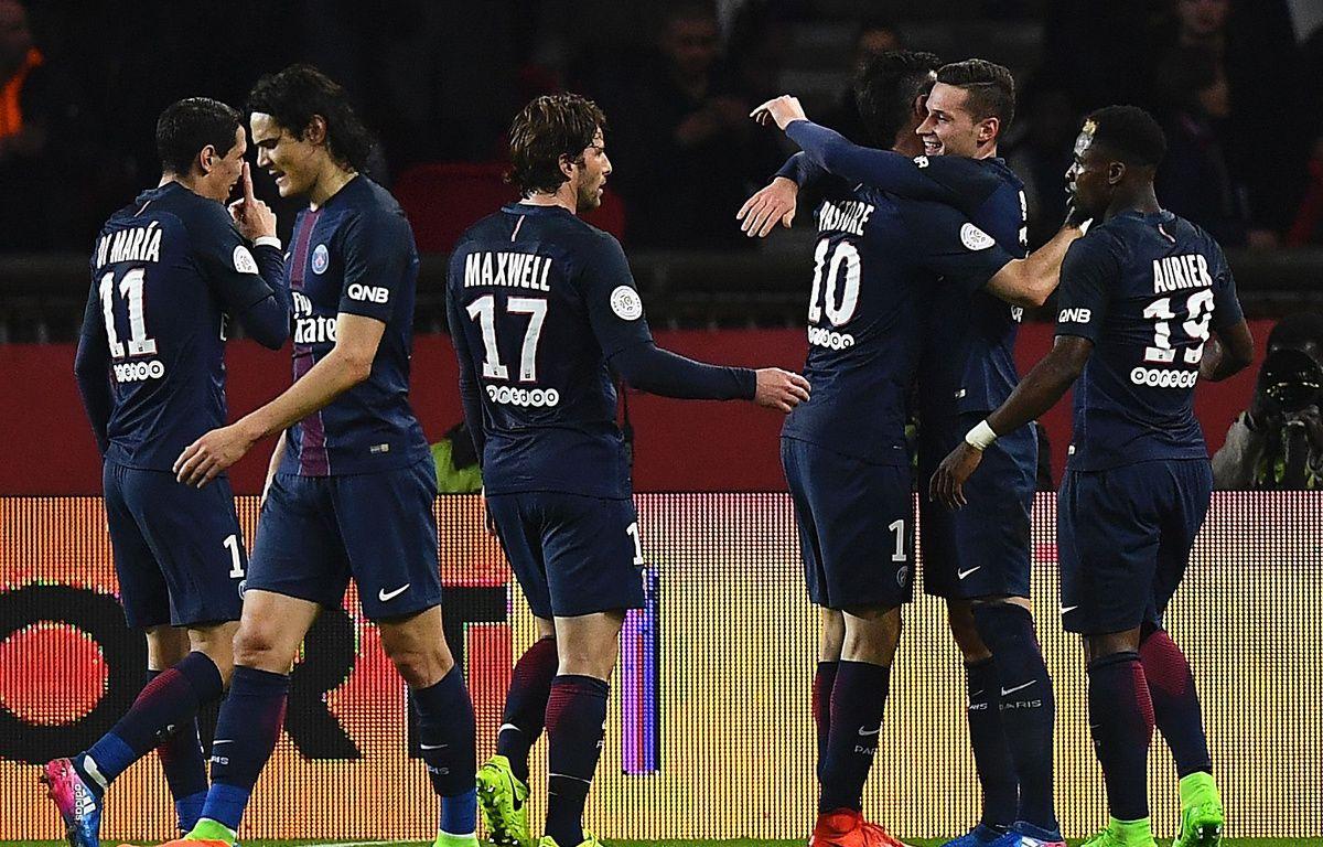 Julian Draxler célèbre son but avec ses coéquipiers lors de PSG - Lyon, le 19 mars 2017.  – Franck Fife/AFP