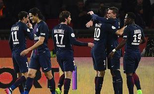 Julian Draxler célèbre son but avec ses coéquipiers lors de PSG - Lyon, le 19 mars 2017.