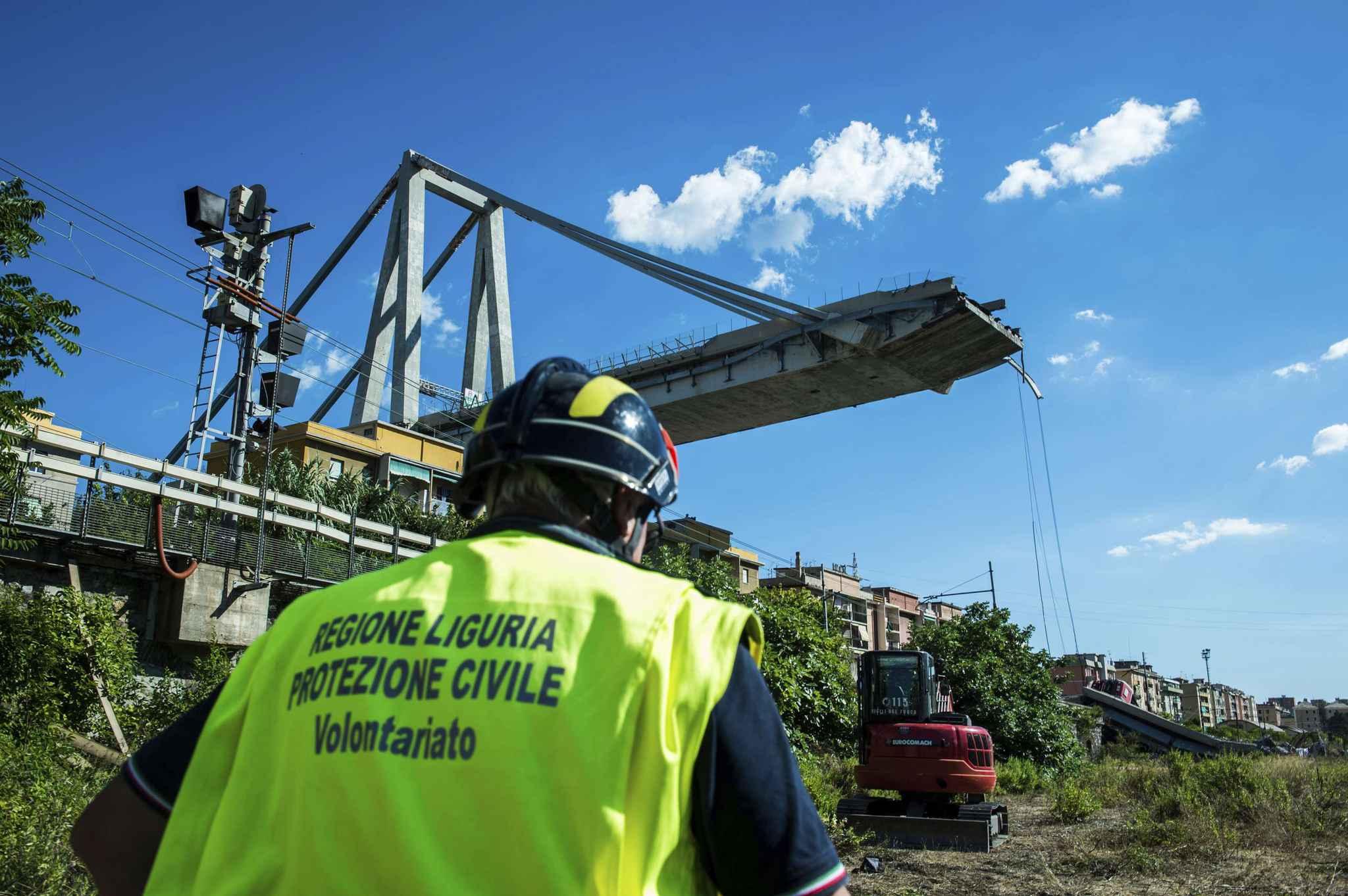 """Les grues et les pelleteuses continuaient jeudi de déblayer des décombres du pont effondré mardi à Gênes, dans le nord de l'Italie, pour laisser les chiens rechercher des traces de survivants ou de nouvelles victimes.  Emanuele Gissi, un responsable des pompiers sur place a expliqué jeudi matin à l'AFP: «Ce type de travail est dangereux parce que les décombres sont instables"""", de même que la partie du pont qui est encore debout."""