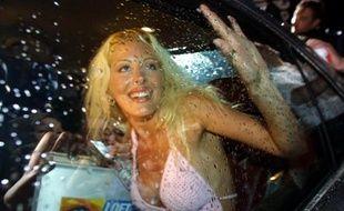 Loana, gagnante de Loft Story, quitte le loft en voiture, le 05 juillet 2001 à Saint-Denis, à l'issue de la soirée finale du jeu diffusé sur la chaîne M6.