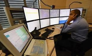 Vigneux-sur-Seine, le 13 mars 2017. Un agent de la nouvelle tour de contrôle de la SNCF chargé du programme de circulation des trains en gare de Lyon, à Paris. / AFP PHOTO / CHRISTOPHE SIMON