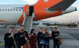 Les musiciens de l'orchestre philharmonique de Radio France sur le tarmac de l'aéroport de Nice, le lundi 12 décembre 2016