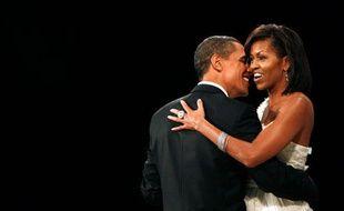 Le président américain Barack Obama et son épouse dansent à un des bals organisé pour célébrer son investiture, Washington, le 20 janvier 2009.