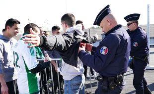 Des policiers fouillent des supporters avant un match de l'Euro 2016. HOUPLINEDANIEL_1218.0114/Credit:HOUPLINE/SIPA/1605031757