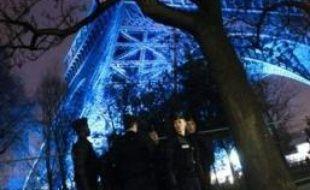 La Tour Eiffel, un des monuments les plus visités, fait peau neuve avec le lancement ce mardi de la 19e campagne de peinture de l'édifice, à l'occasion de l'anniversaire de ses 120 ans.