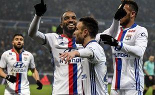 Alexandre Lacazette et Mathieu Valbuena ont inscrit les trois buts lyonnais ce dimanche.