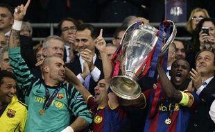 Le Barcelonais Eric Abidal soulève la Ligue des champions, le 29 mai 2011, à Londres.