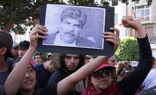 Les autorités tunisiennes ont accusé vendredi un salafiste d'être impliqué dans l'assassinat de l'opposant Mohamed Brahmi, dont le meurtre par balles la veille a déclenché une grève générale et des manifestations contre le pouvoir islamiste.