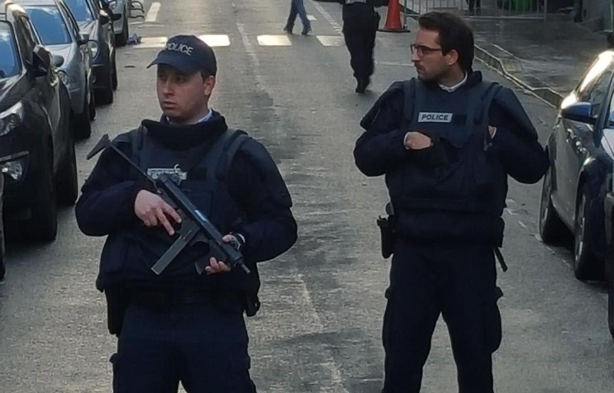 La police à l'angle de la rue Marcadet et de la rue de Clignancourt le 7 janvier 2016. – J. Sofianos / 20 Minutes