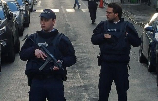 La police à l'angle de la rue Marcadet et de la rue de Clignancourt le 7 janvier 2016.