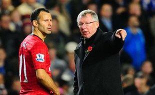 Le manager de Manchester United Alex Ferguson (à dr.) avec Ryan Giggs, le 31 octobre 2012 lors d'un match à Chelsea.