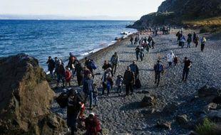 Des migrants arrivent sur la plage de Lesbos le 14 octobre 2015 provenant de Turquie