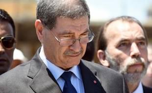 Le premier ministre tunisien Habib Essid, le 3 juillet 2015, se recueille sur la plage de Sousse où a eu lieu un attentat qui a tué 38 touristes
