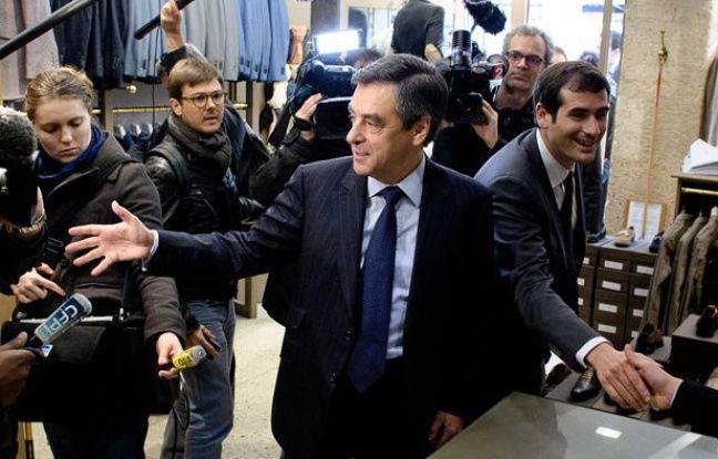 Alain Juppé (à gauche) et Benjamin Lancar (droite), candidat UMP dans la 5e circonscription de Paris, le 31 mai 2012 à Paris.