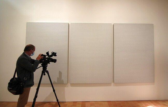 Les chiffres blancs de Roman Opalka sont faussement invisibles. En s'approchant, on voit clairement les chiffres peints par l'artiste. Ici exposée à Rennes lors de la présentation de l'exposition Pinault.