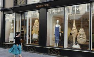 Une femme passe devant une boutique Gérard Darel, le 16 juin 2015 à Paris