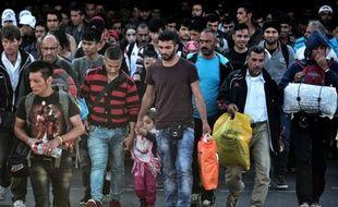Des réfugiés et des migrants débarquent sur le port de Piraeus en Grèce le 6 octobre 2015