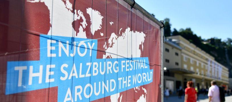 Une affiche fait la promotion du festival de Salzbourg avant la représentation d'Elektra, le 1er août 2020