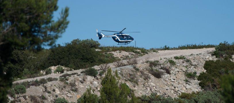 Un hélicoptère près du lieu où se sont crashés trois secouristes dans les Bouches-du-Rhône