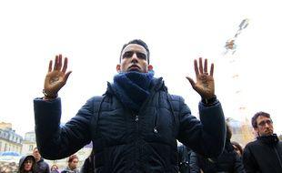Un homme lors de l'hommage aux victimes des attentats de Paris ce lundi à Rennes.