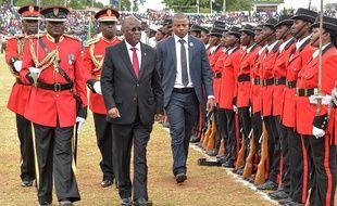 Le président de Tanzanie John Pombe Magufuli passe en revue la garde d'honneur le 9 décembre 2017