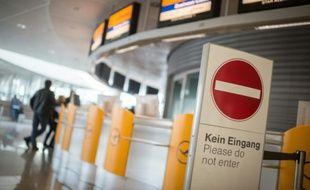Un panneau interdisant l'accès aux guichets de la compagnie allemande Lufthansa à l'aéroport de Munich le 12 novembre 2015 à l'occasion d'une grève des personnels de cabine