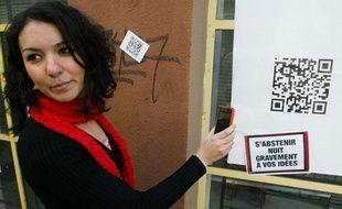 Le PCF a collé des affiches high-tech dans six villes de France pour inciter les citoyens à aller voter.