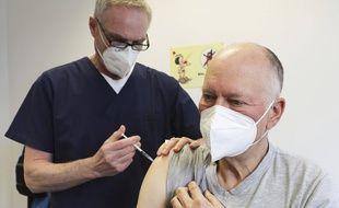Un homme se fait inoculer le vaccin contre le Covid-19 d'AstraZeneca, à Rheinbach en Allemagne le 6 avril 2021.