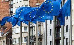 Des drapeaux européens, près du batiment de la Commission européenne à Bruxelles, en Belgique