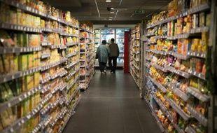 Un couple dans une allée de supermarché à Paris, le 9 mai 2014